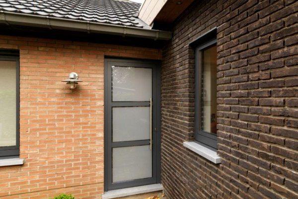 aluminium voordeur met gezandstraald glas
