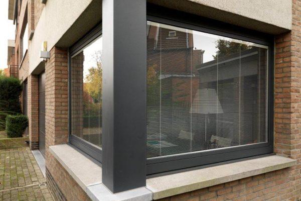 aluminium ramen met jaloezieën tussen het glas